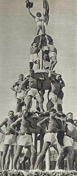 ©Александр Родченко. «Мужская пирамида. 1936»