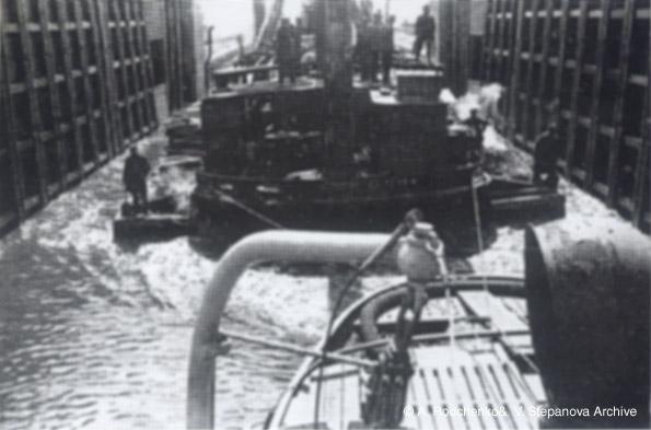 ©Александр Родченко. «Баржи входят в шлюз. 1933»