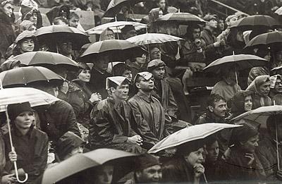 ©Анатолий Болдин. «Болельщики. Москва. 1965»