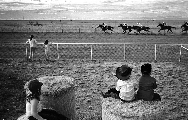1st prize Sports Features Singles<br /> <b>Andrew Quilty</b>, Australia, Oculi for Australian Financial Review Magazine<br /> <i>Children watch horses compete at Maxwelton races, Australia</i>