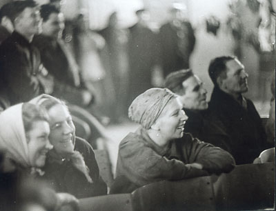 """©Анатолий Болдин. «Концерт на заводе. """"Серп и молот"""". Москва. 1962»"""