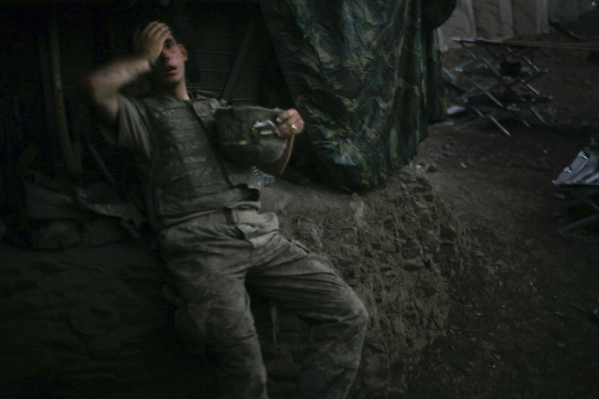 <p>World Press Photo— Фотография года 2007<br /> <b>Тим Хезерингтон (Tim Hetherington), </b>Великобритания, Panos Pictures, для Vanity Fair<br /> Американский солдат вбункере, долина Коренгал, Афганистан, 16сентября</p>