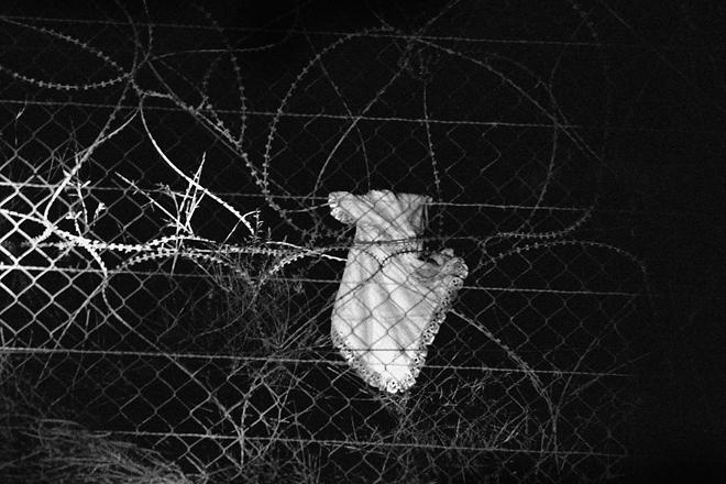 <p><nobr>1-е</nobr> место / Люди в&nbsp;новостях / одиночные фотографии<br /> <b>Йонатан Вейцман (Yonathan Weitzman),</b> Израиль<br /> Платье африканской девочки, повисшее на&nbsp;заборе, граница Израиля и&nbsp;Египта, 20&nbsp;августа</p>