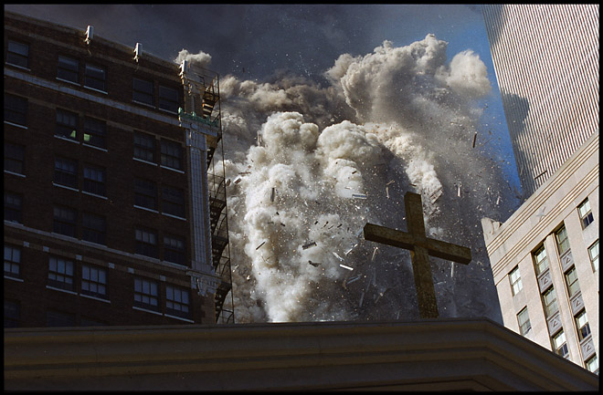 9/11NYWTC © James Nachtwey<br /> 11сентября, <nobr>Нью-Йорк</nobr>. Джеймс Нахтвей<br /><br />В архиве Grazia Neri едва линевсе значимые для истории события.