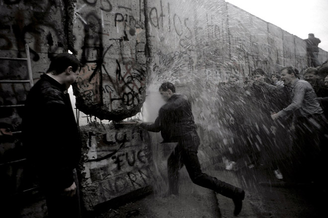 The fall of&nbsp;Berlin&prime;s&nbsp;Wall, 1989&nbsp;&copy; Anthony Suau<br />