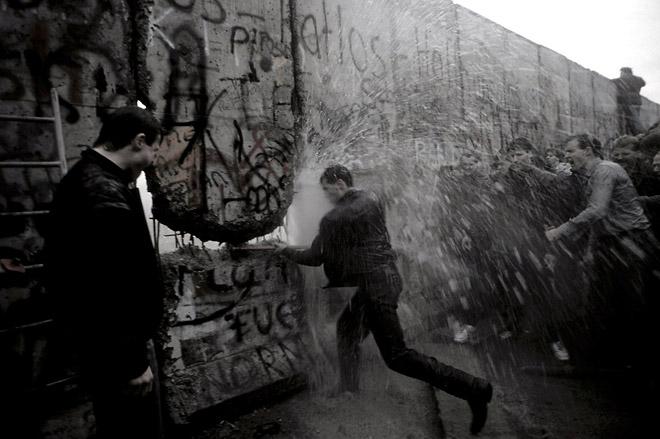 The fall ofBerlin′sWall, 1989© Anthony Suau<br /> Падение Берлинской стены, 1989. Энтони Суау<br /><br />В архиве Grazia Neri едва линевсе значимые для истории события.