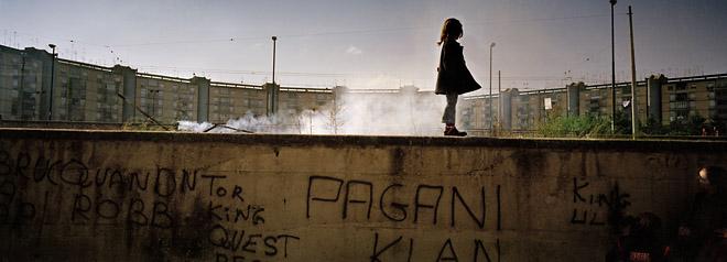 Napoli, camorra, Scampia&prime;s&nbsp;war, 2005&nbsp;&copy; Emiliano Mancuso<br /> Неаполь, война каморры в&nbsp;районе Скампиа, 2005. Эмильяно Манкузо<br /><br /> Международные интересы не&nbsp;мешают агентству пристально следить за&nbsp;местными событиями. Как с&nbsp;близкого, так и&nbsp;с&nbsp;далёкого расстония.