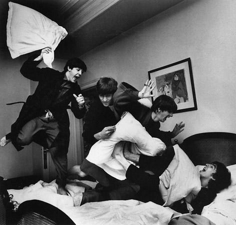 Beatles during their first international tourne′, 1964© Harry Benson<br /> Биттлз вихпервое международное турне, 1964. Гарри Бенсон<br /><br /> Агентство недаром славится фотографами, специализирующимся насъёмке знаменитостей. Имудаётся входить вдоверие ксовершенно разным потемпераменту людям.