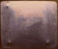 Жозеф Нисефор Ньепс (Joseph Nicéphore Niépce), старейшая из сохранившихся фотографий Ньепса сделана около 1826
