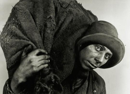 Coal Carrier— Kata Kálmán,1931. Gelatin silver print. Hungarian Museum ofPhotography.