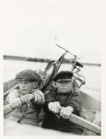 Moholy-Nagy László: Két fiú csónakban, 1930 körül / 1995