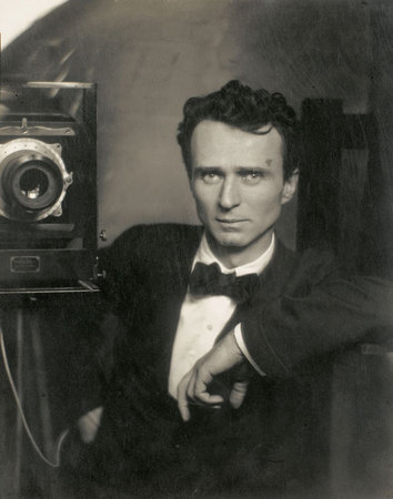 Edward Steichen. Self-Portrait (Autorretrato), 1915. Copia positiva de plata en gelatina. 24,4 x 19,7 cm. Cortesía de The Richard and Jackie Hollander Collection, Los Angeles. © Joanna T. Steichen
