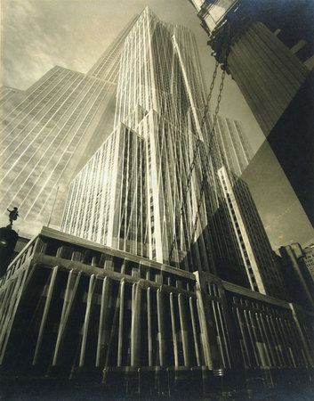 Edward Steichen. The Maypole – The Empire State Building, New York, 1932. (El poste, Empire State Building, Nueva York). Copia positiva de plata en gelatina de montaje negativo. 24,4 x 19,4 cm. Cortesía de Richard and Ronay Menschel Collection, United States. © Joanna T. Steichen