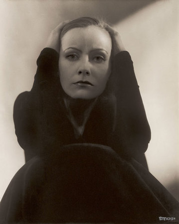 Edward Steichen.  Greta Garbo, 1928. Copia positiva por contacto de plata en gelatina. 24,5 x 19,1 cm. Cortesía de George Eastman House, International Museum of Photography and Film, Rochester, New York. © 1928 Condé Nast Publications