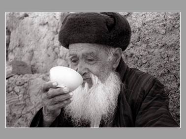 Нуритдин Джураев. Чаепитие. Сурхандарья. 2004