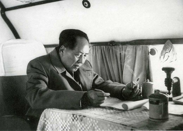 Хоу Бо «Chairman Mao at work while travelling by airplane», 1959