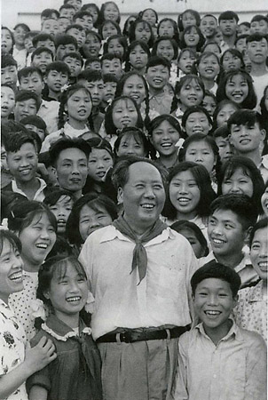 Хоу Бо «Chairman Mao with students of the Shaoshan Middle School in his home town in Hunan Province», 1958