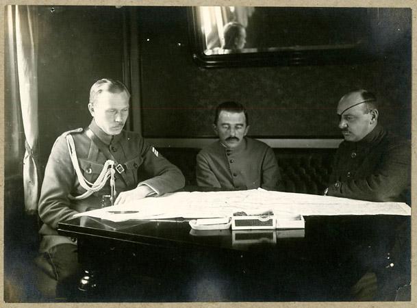 <p>Командир Чехословацкого армейского корпуса генерал Я.Сыровы (справа), генерал М.К. Дитерихс (вцентре) садъютантом капитаном Свободой (слева). 1918г.</p>
