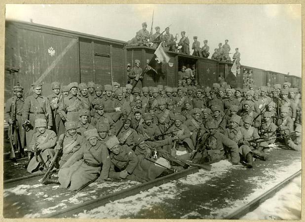 <p>Бойцы <nobr>5-го</nobr> полка Чехословацкого корпуса назахваченном ими вокзале вПензе.<br /> Май, 1918г.</p>