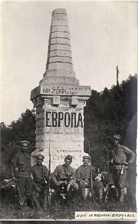 <p>Группа чешских легионеров нагеографической границе между Европой иАзией. 1918г.</p>