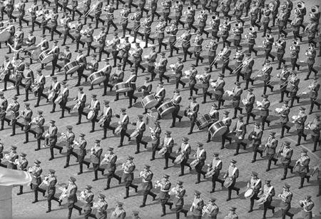 Виктор Ахломов<br /> &laquo;Парад на Красной площади. Москва&raquo; <br /> 1 мая 1977 <br /> Собрание автора