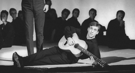 Виктор Ахломов<br /> Владимир Высоцкий. Сцена из спектакля «Антимиры». Театр на Таганке, Москва<br />  1966 <br /> Собрание автора