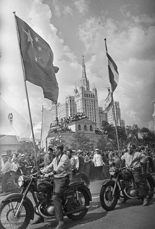 Виктор Ахломов<br /> «Фестиваль молодежи и студентов. Садовое кольцо, Москва »<br /> 1957 <br /> Собрание автора