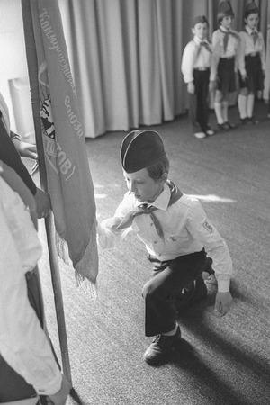 Виктор Ахломов<br /> «Торжественный прием в пионеры. Москва » <br />1970 <br /> Собрание автора