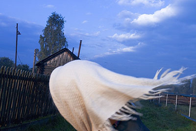 """Andrej Krementschouk """"Kopftuch im Wind"""" (2007) aus der Serie """"An Deinem Haus"""""""
