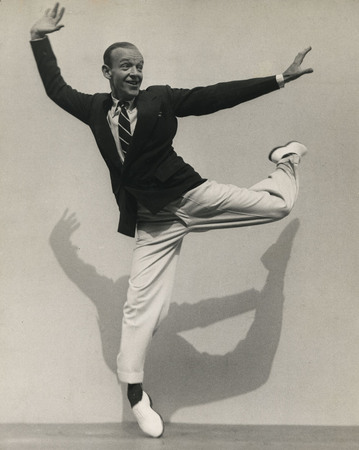 Мартин Мункачи<br /> «Фред Астер на кончиках пальцев.»<br /> Нью-Йорк <br /> 1936
