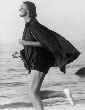 Martin Munkacsi, Lucile Brokaw on the Long Island Beach, 1933, © Joan Munkacsi, Courtesy Sammlung F.C. Gundlach