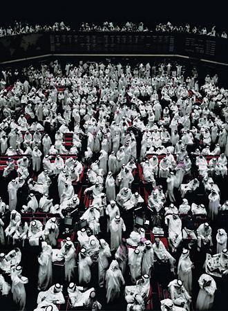 <p>Андреас Гурски<br /> &laquo;Фондовая биржа в&nbsp;Кувейте&raquo; <br /> 2007. <nobr>C-Print</nobr> 295,1&nbsp;&times;&nbsp;222&nbsp;x 6,2&nbsp;см&nbsp;<br /> Copyright: Andreas Gursky / VG&nbsp;Bild-Kunst 2008&nbsp;<br /> Courtesy: Monika Sprth / Philomene Magers, Cologne Munich London</p>