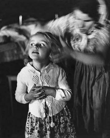 <p>© Н.Свиридова, Д.Воздвиженский. «Встреча гостей»<br /> Прикарпатье, <nobr>1960-е</nobr> годы</p>