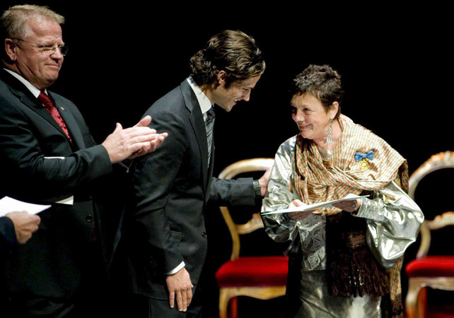 Prince Carl of Sweden congratulates Mexican photographer Graciela Iturbide after being awarded The Hasselblad Foundation International Award in Photography for 2008. Photo: EFE / Adam Ihse.