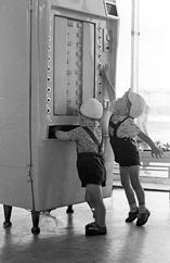 <p>Забавы<br /> Год съемки: 1962<br /> Печать: ручная черно-белая на&nbsp;бромсеребряной бумаге</p>