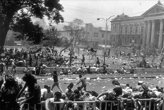 <p>Анонимный фотограф<br /> Войска открыли огонь на&nbsp;похоронах архиепископа Оскара Ромеро.<br /> Главная площадь перед собором, <nobr>Сан-Сальвадор</nobr><br /> &copy; Museo de&nbsp;la&nbsp;Palabra y&nbsp;la&nbsp;Imagen, El&nbsp;Salvador<br /> Photography &amp; Revolution Memory Trails Through the Latin American Left</p>