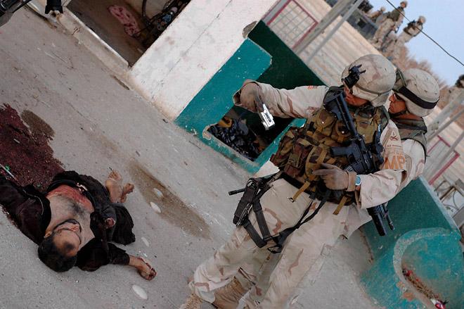 <p>Эшли Гилбертсон<br /> Солдаты разглядывают фотоаппарат только что убитого иракца<br /> Iraq Through the Lens of&nbsp;Vietnam</p>