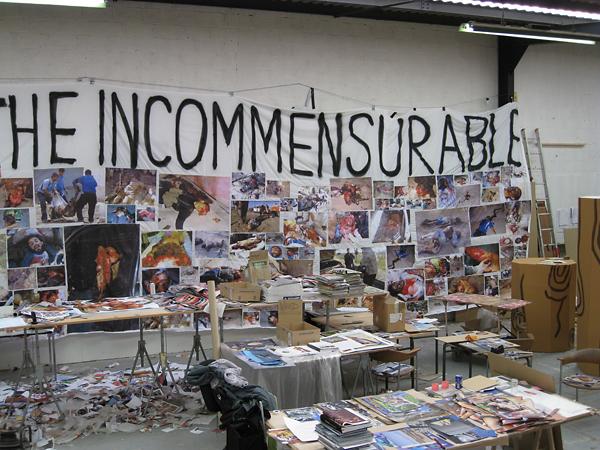 Томас Хиршхорн<br /> «Несоизмеримый баннер», 2007<br /> Несоизмеримый баннер