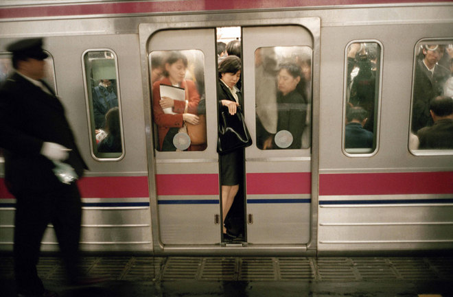 Chris Steele-Perkins, Tokyo. Train system. ⓒCourtesy Magnum Gallery.