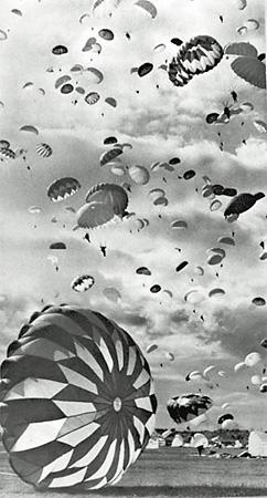 Эммануил Евзерихин <br /> «Парашютный десант в Тушино», <br /> 1950-е, Фотогалерея им. братьев Люмьер
