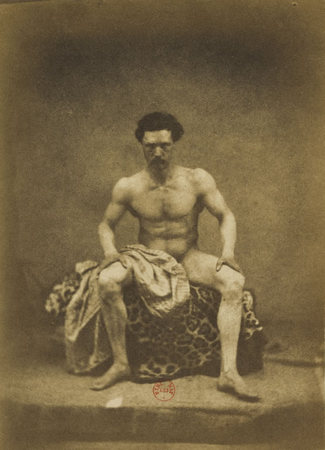 Eugène Durieu / Nu masculin assis de face, les jambes écartées © BnF