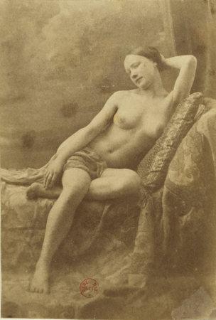 Eugène Durieu / Nu féminin assis sur un divan © BnF