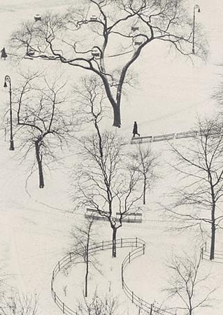 Вашингтон Сквер, зима<br>Андре Кертеш<br>США, 1954 г. Желатиновая галогено-серебрянная печать