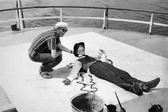 """Л.Гайдай и С.Филиппов. На съемках фильма """"12 стульев"""". 1971г."""