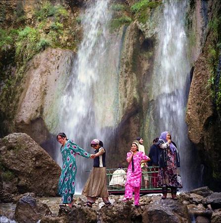 <p>Женщины около водопада, Арсланбоб. Изсерии «Дом счастья», 2007г. C— print 40х40см. Edition of20</p>
