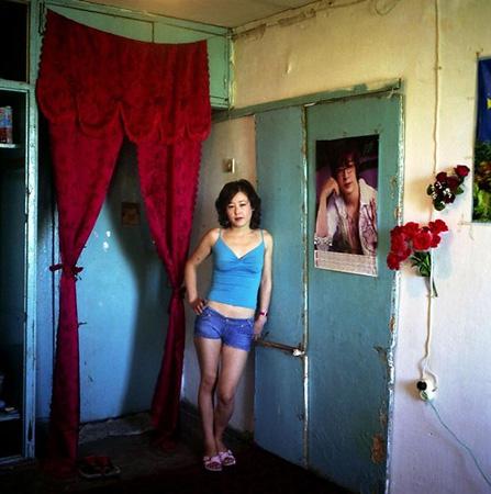 <p>Эльмира всвоей комнате вобщежитии, Ош. Изсерии «Дом счастья», 2007г. C— print 40х40см. Edition of20</p>