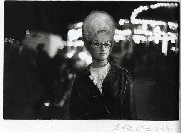 Девушка с начесом на площади Ньюмаркт, 1956