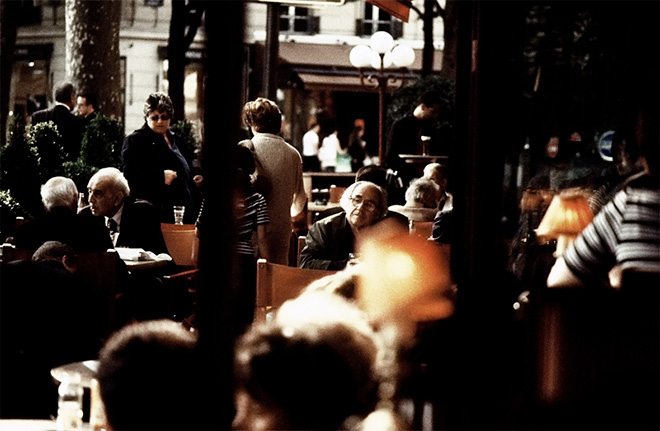 Жан Бодрийяр в кафе. Фото Антона Козлова-Майера