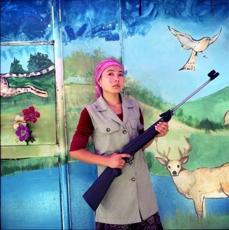 &copy; Рена Эфенди<br /> Владелица тира в парке, г. Ош. Киргизстан<br /> Из серии «Дом счастья», 2007