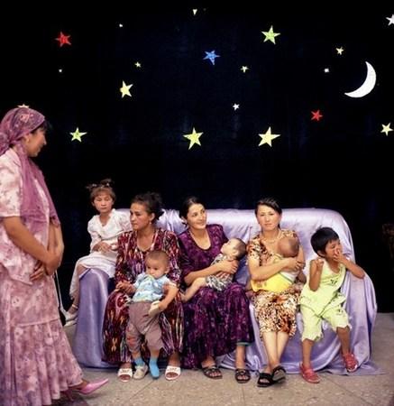 &copy; Рена Эфенди<br /> Семья в ожидании свадебной вечеринки, Ош.<br /> Из серии «Дом счастья», 2007 г.